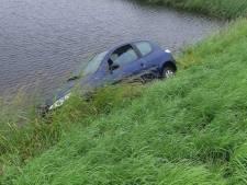 Automobilist vliegt uit de bocht maar ontsnapt nipt aan plons in water