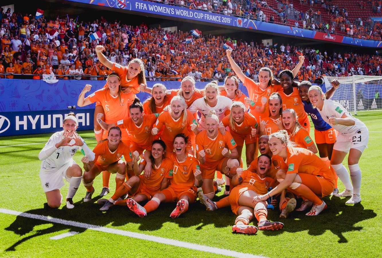 De Leeuwinnen na het bereiken van de halve finale.
