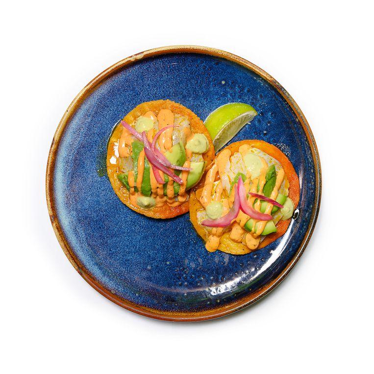 Tijuana Tostada by Youri - Ceviche van zeebaars, avocado, rode ui, rode chili mayo, habanero saus Beeld Els Zweerink