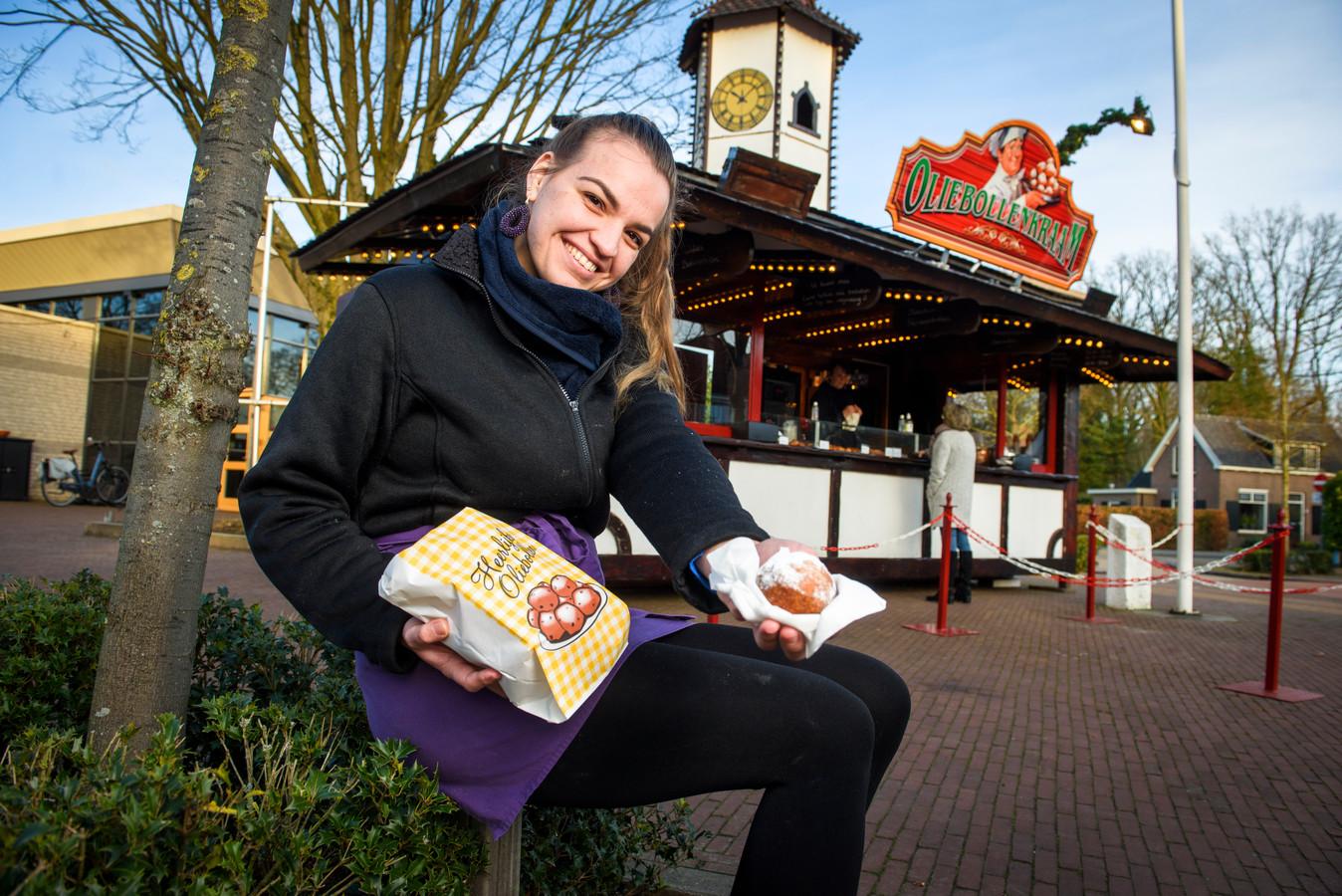 Stefanie van Hezik staat met haar oliebollenkraam op het Dorpsplein in Diepenveen. Vanwege corona ging haar opdracht in het Belgische Hasselt voor het eind van het jaar en begin dit jaar niet door. Vandaar dat ze bij de gemeente aanklopte voor een standplaats in Deventer. Ze kreeg een vergunning voor Diepenveen.