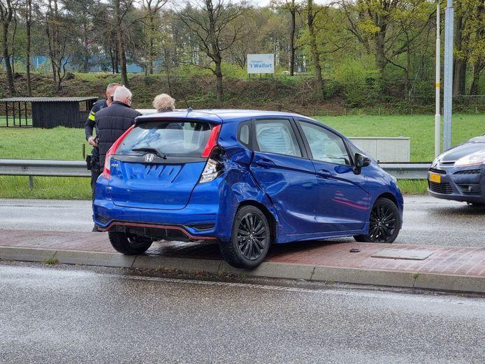Een auto belandde in Aalten op de vluchtheuvel na een ongeluk met een vrachtwagen