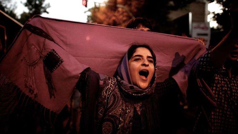 Een vrouw in Teheran viert de overwinning van Rowhani. Beeld afp