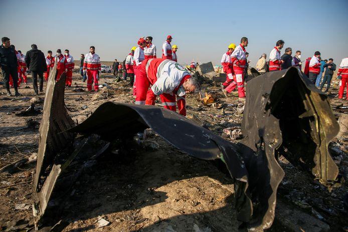 Werkers in januari bij wrakstukken van het gecrashte passagiersvliegtuig bij Teheran.