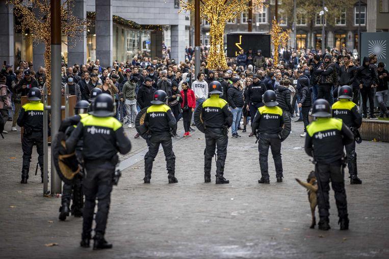 In Maastricht greep de ME in tijdens een demonstratie van actiegroep Kick Out Zwarte Piet (KOZP), toen honderden tegendemonstranten zich hadden verzameld. Beeld ANP