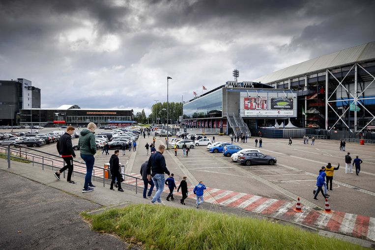 Feyenoordfans bij hun vertrouwde Kuip.  Beeld ANP