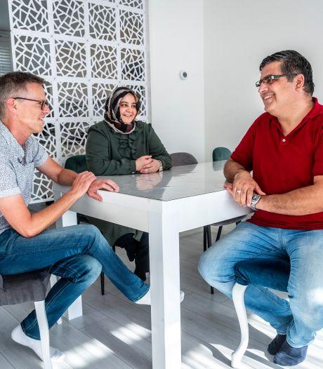 Taalcoach Ronald uit Helmond helpt de familie Ekici met Nederlands: 'Zij leren van mij, maar ik ook van hen'