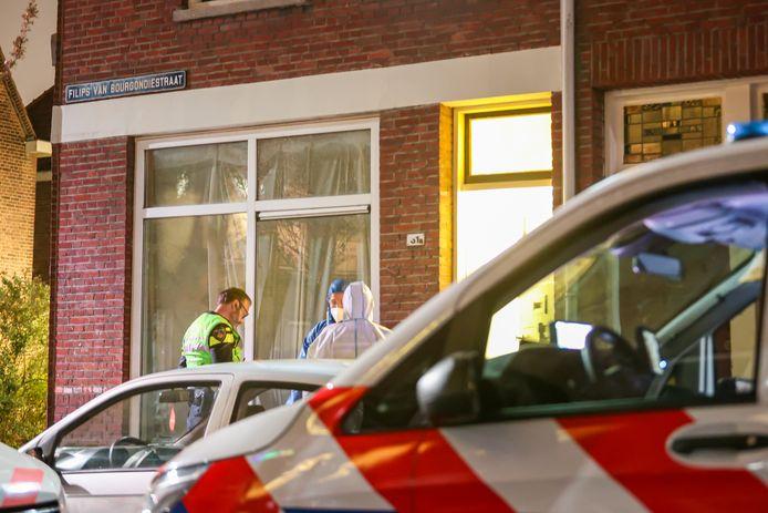 Hulpdiensten troffen de man met fikse verwondingen aan in een woning.