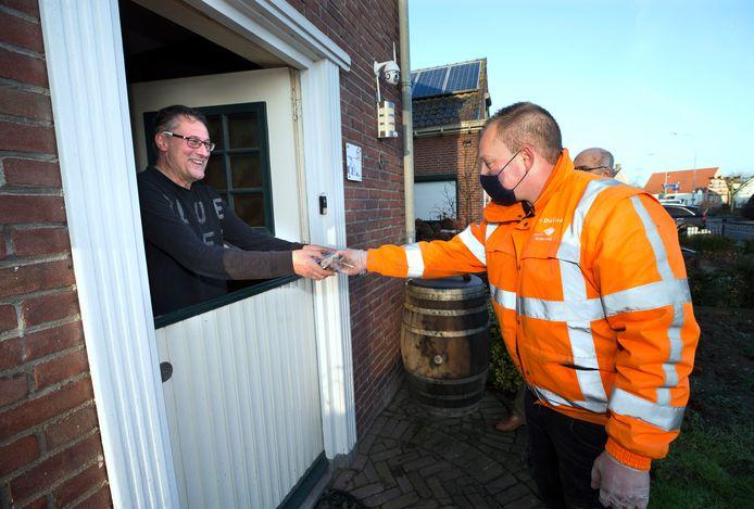Hans van der Bizen neemt de banketstaaf in ontvangst van toezichthouder Roy Gertsen.
