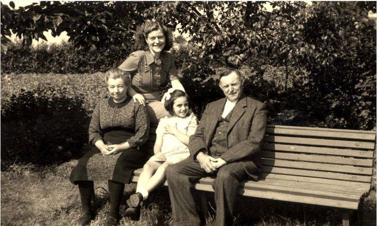 Het boerenechtpaar Martha (Buskermolen) Koper (links), hun oudste dochter Paula en Hendrikus Koper in 1948, waarbij Paula Rubinek-Melamed in Kudelstaart ondergedoken zat. Beeld Privé-archief Paula Rubinek-Melamed