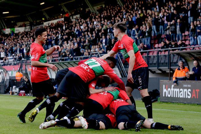 De spelers van NEC vieren een doelpunt in de play-offs van de afgelopen competitie.