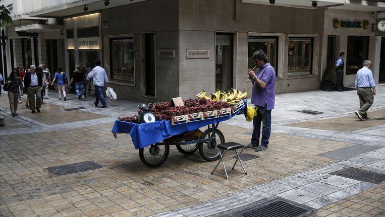 Een straatverkoper in Athene Beeld ap