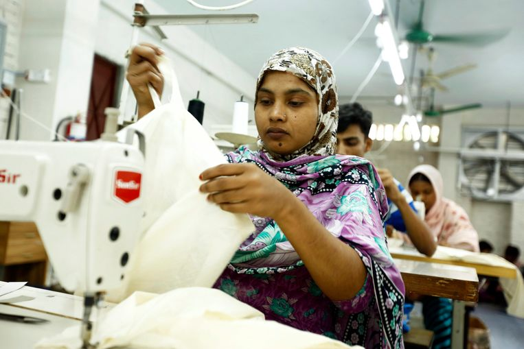 epa04173606 Survivors of the collapsed Rana Plaza garment factories building work in a factory called Oporajeo (The Undefeated), an initiative to rehabilitate the Rana Plaza Survivors, at Savar in Dhaka, Bangladesh, 20 April 2014. About 46 survivors work in the factory to run their families while the one-year anniversary of the collapse of the eight-story Rana Plaza building that left over 1,100 workers dead and about 2,500 rescued alive is coming up on 24 April 2013.  The Rana Plaza disaster highlighted unsafe conditions for many of the 4 million workers in the South Asian country's garment industry.  EPA/ABIR ABDULLAH Beeld EPA