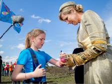 Nieuws gemist?  Marilynn (12) stelt vragen aan Máxima en dankzij Zwolse huisarts is er prullenbakvaccin.nl