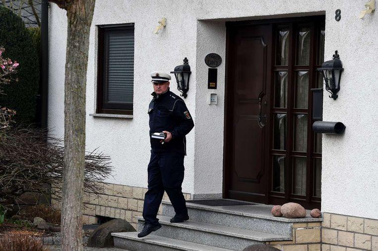 Een politieman staat voor het huis waar de co-piloot vandaan kwam. Beeld AFP