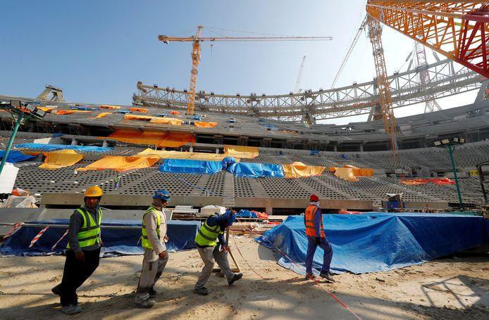 Buitenlandse werknemers zijn eind 2019 aan het werk aan het Lusail Stadion in Qatar bestemd voor het WK volgend jaar.