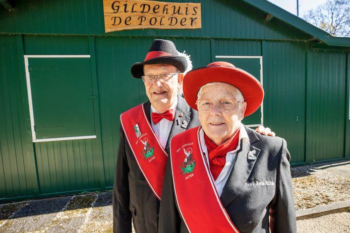 Gildebroeder voor het leven Cor Verhagen samen met zijn vrouw Betsie voor het Astens Gildehuis.