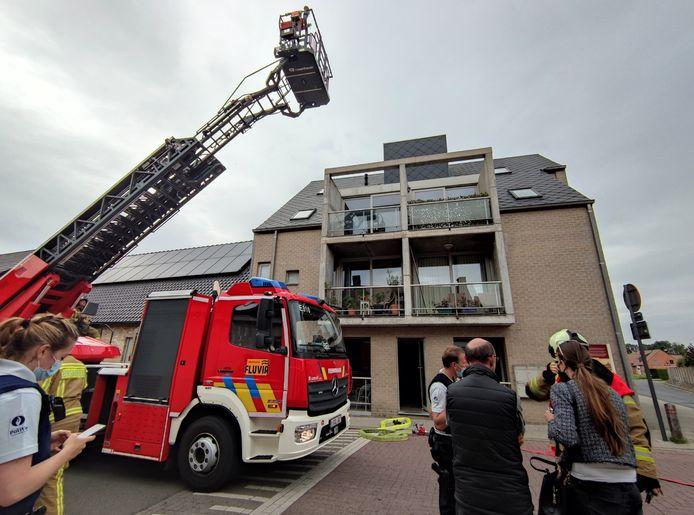 De bewoners merkten rook op ter hoogte van het linker appartement op de hoogste verdieping.