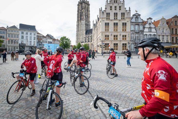MECHELEN De wielerploeg van Prinses Harte komt aan op de Grote Markt na een fietstocht van 125km.