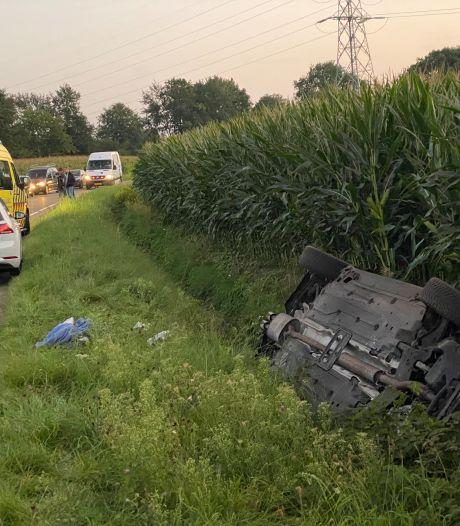 Auto vliegt over de kop in Putten: 3 gewonden