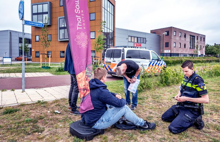 Een jongen is lichtgewond geraakt, nadat een automobilist hem heeft aangereden op zijn scooter. Beeld Raymond Rutting / de Volkskrant