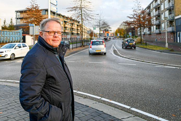 """Ad Prinse woont aan de Burgemeester Freijterslaan en vindt de verkeerssituatie daar ontzettend gevaarlijk. Als het aan hem ligt wordt deze weg straks een 30-kilometerzone. ,,Ze rijden hier als gekken."""""""
