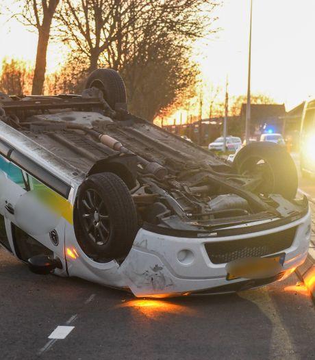 Auto slaat over de kop en belandt op fietspad in Alphen