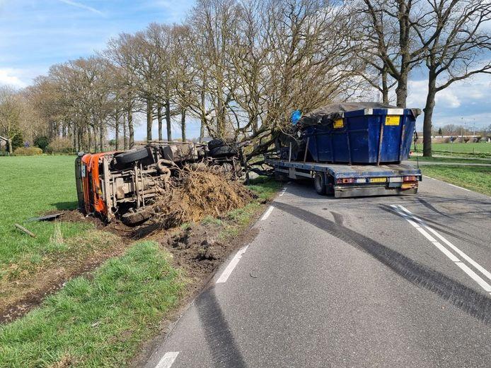 De geschaarde en gekantelde vrachtwagencombinatie op de Doetinchemseweg bij Westendorp.