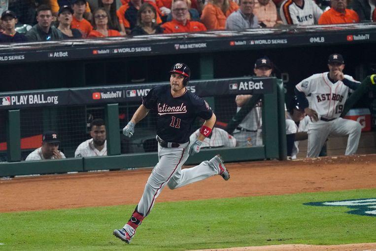 Ryan Zimmerman van de Nationals loopt langs de honken na zijn homerun in de eerste wedstrijd van de World Series tegen de Houston Astros. Beeld AP