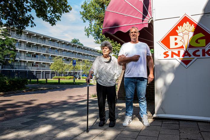 Hannie en Nico Drost, voor hun gesloten snackbar aan de Asterstraat.