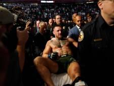 Drama voor McGregor: Ier breekt scheenbeen in gevecht met Poirier en verlaat ring per brancard