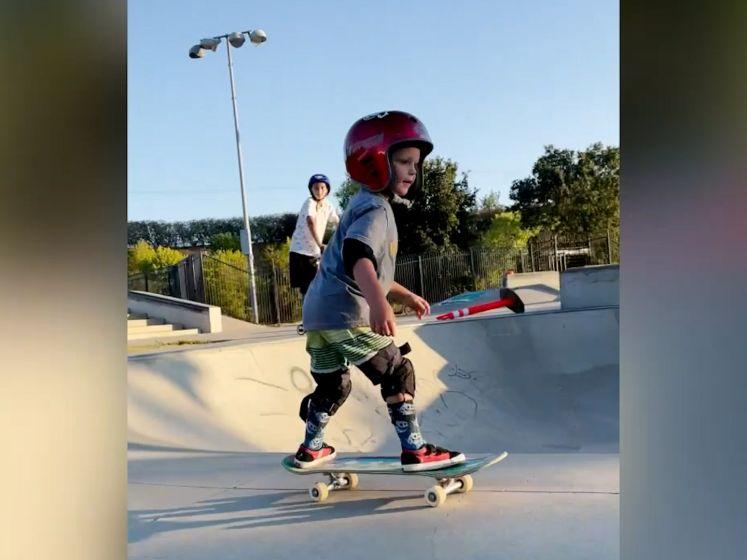 Deze 3-jarige peuter doet kunstjes op skateboard