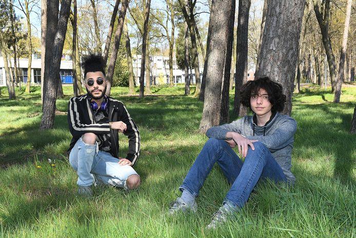 Kiarash en Arwin (zonnebril) zijn asielzoekers. In het AZC Overloon hebben zij samen een videofilm gemaakt.
