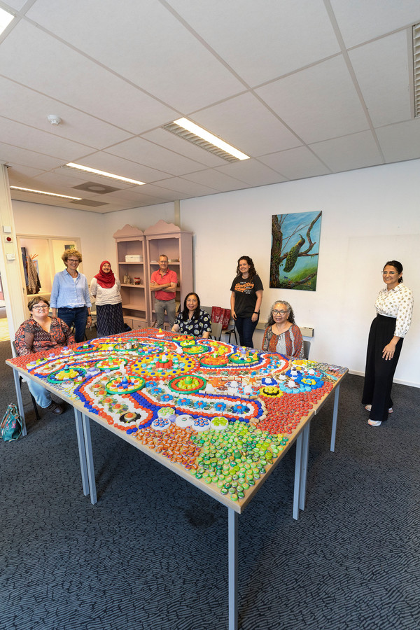 Eindhoven ED2021-12687 Stichting Ik Wil verhuisde ongeveer een half jaar geleden van de Kronehoefstraat naar een nieuw pand aan de Doctor Cuyperslaan. Vandaag organiseren ze 1 van hun eerste activiteiten op de nieuwe locatie. Gezamenlijk gaan ze een kunstwerk maken, een mozaiek tapijt van dopjes en deksels.