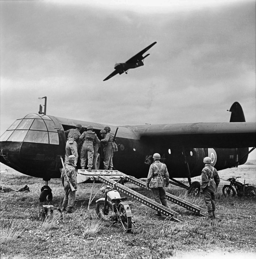 Airbornetroepen halen materieel uit een Horsa op vliegveld Netheravon van de RAF.