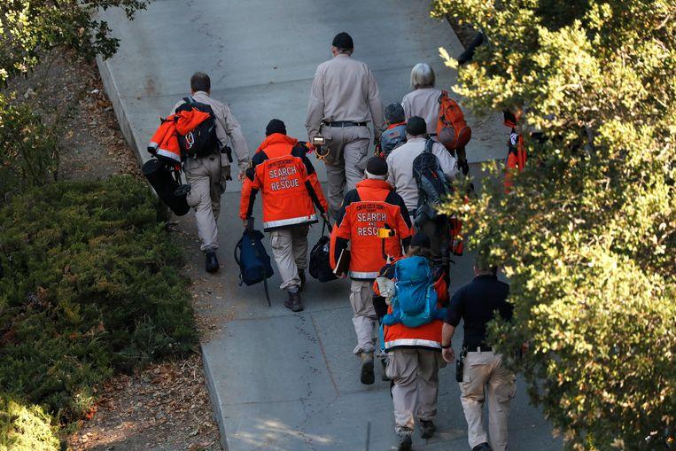 Search and Rescue-teams gaan naar het huis waar de schietpartij plaatsvond tijdens een Halloweenfeestje. Beeld EPA