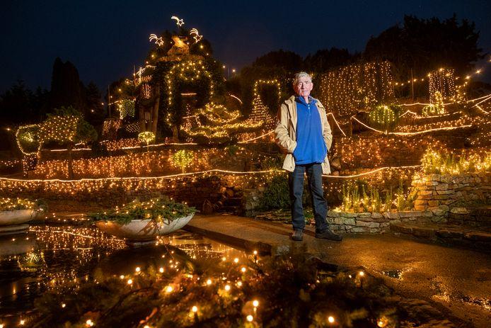 Ampie Bouw is met zijn verlichte berg in zijn achtertuin een ware attractie, maar door corona moest Ampie's Berg de deuren sluiten.