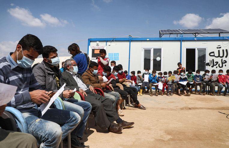 Voorlichting over het coronavirus in een kamp in Syrië, nabij Turkije.  Beeld AFP
