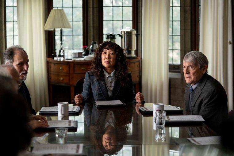 V.l.n.r.: Ken Bolden, Sandra Oh en Mark Philip Stevenson een scène uit de bingewaardige Netflixkomedie The Chair. Beeld AP