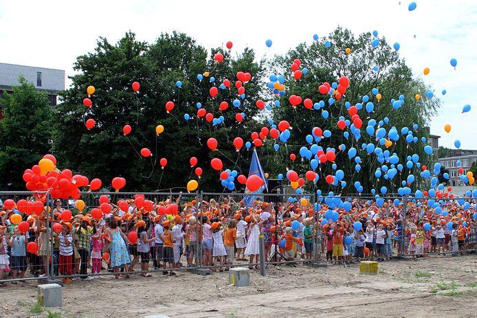 Juni 2010: een paar honderd Gorcumse kinderen laat ballonnen op bij het slaan van de eerste paal voor brede school Gildenplein.
