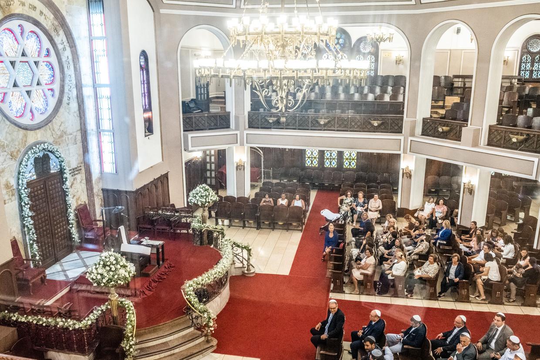 Neve Salom bij de Galatoren in hartje Istanbul is de bekendste van de negentien synagogen in de stad. In het aanpalende Joods museum vertellen foto's, kledingstukken, gebruiksvoorwerpen en religieuze parafernalia ruim vijf eeuwen Joodse geschiedenis in Turkije.  Beeld Joris Van Gennip