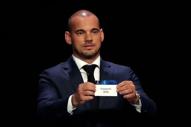 Wesley Sneijder toont donderdagavond in Monaco een van de tegenstanders van Ajax: Chelsea. Beeld AP