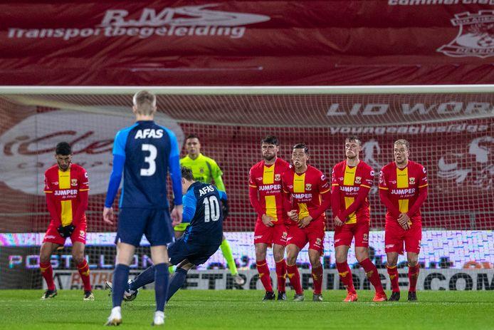 Thijs Oosting (m) scoort de 0-1voor Jong AZ, eerder dit seizoen tegen GA Eagles.