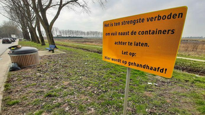 """De provincie Gelderland plaatste waarschuwingsborden op parkeerplaatsen Hogewei en 't Kempke (foto) langs de A325 om het illegaal dumpen van afval tegen te gaan. ,,Het effect was tijdelijk."""""""