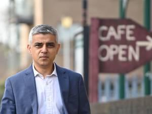 """Le maire de Londres effaré par les métros bondés malgré le lockdown: """"Plus de vies seront perdues"""""""