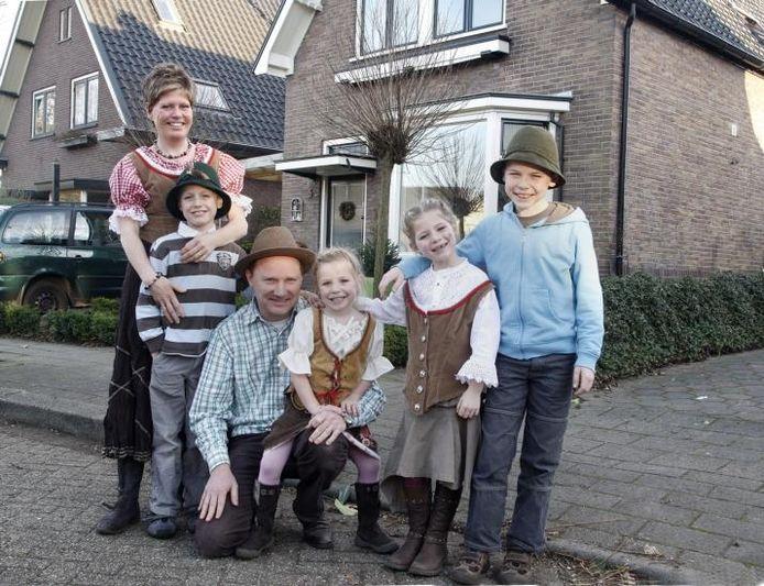 Ze zijn er klaar voor, de Kramers van de Achterlandseweg. Het programma 'Ik Vertrek' volgt de Apeldoorners op de voet. foto Cees Baars