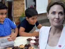 Deux enfants récoltant des fonds pour le Yémen reçoivent un don d'Angelina Jolie