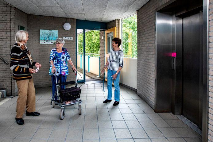 Bewoonsters Irene Meerbeek (links), Wieke de Olde en Henriëtte Huizer (rechts) bij de kapotte lift op de tweede verdieping.