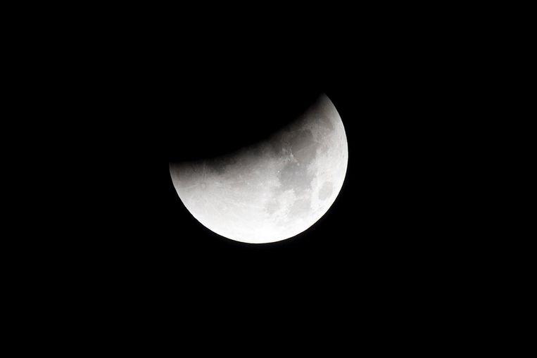 Een maansverduistering gebeurt als de aarde precies tussen de zon en de maan in komt. Beeld anp