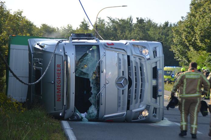Door nog onbekende oorzaak is vlak voor de Belgische grens een vrachtwagen met varkens gekanteld.
