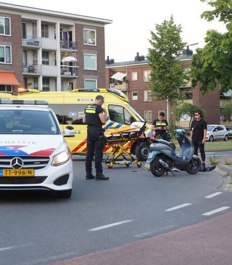 Scooterrijder belandt in ziekenhuis na ongeluk op Deventer rotonde